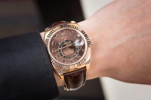 The 18k rose gold fake watches have dark brown straps.