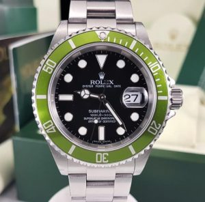 The green bezel is very eye-catching.