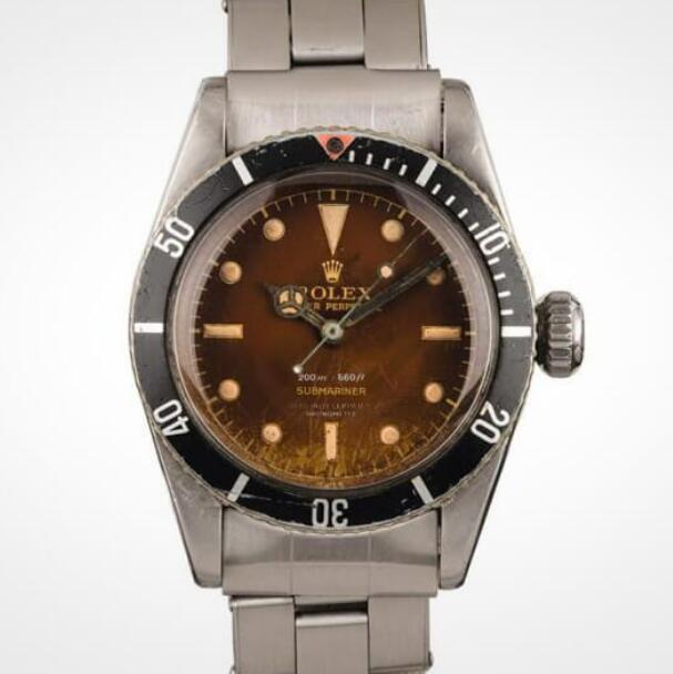 The brown dial enhances the vintage touch of this antique Submariner.