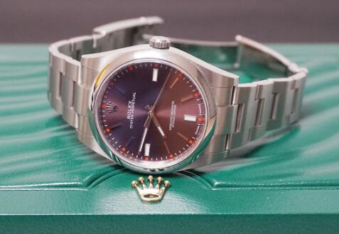 The colored dial endows the Rolex Oyster Perpetual an amazing appearance.