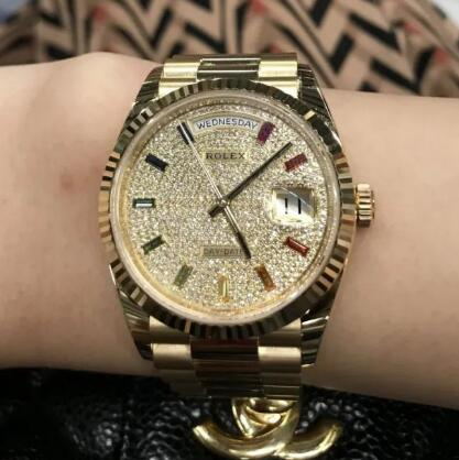 Paved by the diamonds, this Day-Date looks luxurious and precious.