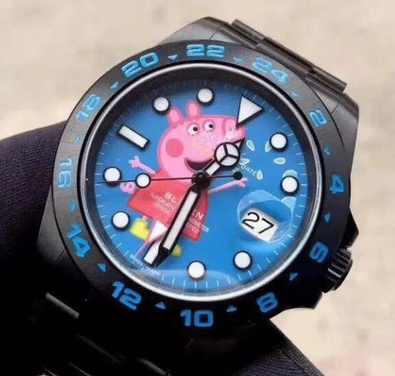 The pattern on the blue dial makes the watch more adorable.