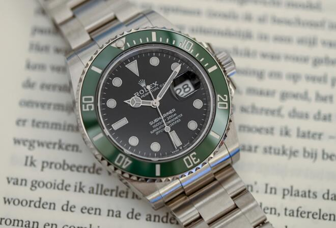 The green ceramic bezel makes the best copy Submariner more eye-catching.