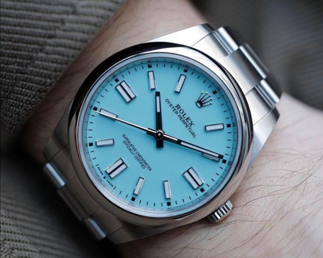 The special blue dial makes this cheap fake Rolex more elegant.