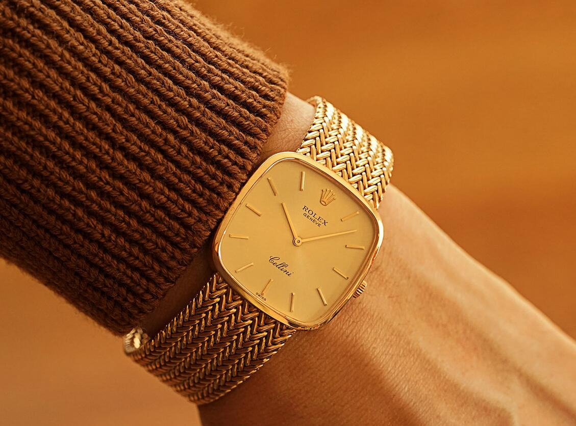 Online sale fake watches keep the best value with gold material.