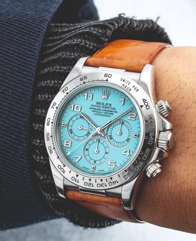 AAA imitation watches have bright blue color to decorate the dials.