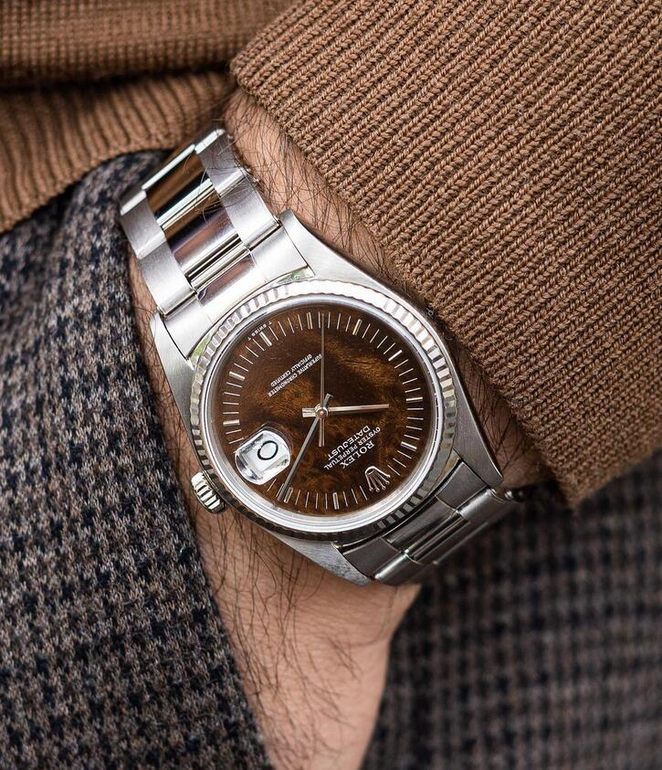 1:1 reproduction watches maintain the luxury with white gold material.